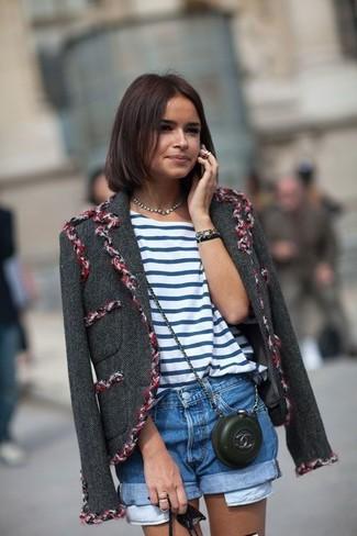 Как Miroslava Duma носит Темно-серая твидовая куртка, Бело-синяя футболка с круглым вырезом в горизонтальную полоску, Синие джинсовые шорты, Черная кожаная сумка через плечо