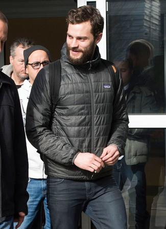 Как Jamie Dornan носит Темно-серая куртка-пуховик, Темно-серые джинсы, Черный рюкзак из плотной ткани