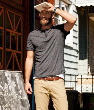 Темно-серую футболку на пуговицах и светло-коричневые брюки чинос можно надеть как на работу, так и на прогулку.