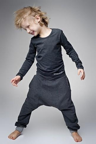 Как и с чем носить: темно-серая футболка с длинным рукавом, темно-серые спортивные штаны