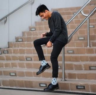 Модные мужские луки 2020 фото: Для похода в кино или кафе отлично подойдет тандем темно-серой футболки с длинным рукавом и черных брюк чинос. Хотел бы сделать ансамбль немного строже? Тогда в качестве обуви к этому образу, выбери черные кожаные туфли дерби.