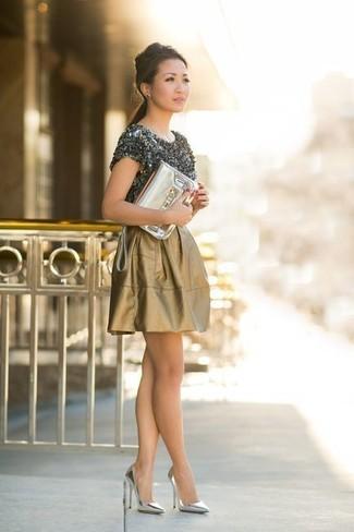 Как и с чем носить: темно-серая футболка с круглым вырезом, золотая короткая юбка-солнце, серебряные кожаные туфли, золотой кожаный клатч