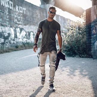 Как и с чем носить: темно-серая футболка с круглым вырезом, серые джинсы, серые кроссовки