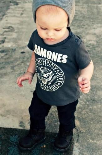 Как и с чем носить: темно-серая футболка, черные брюки, черные ботинки, серая шапка