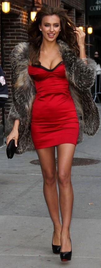 Как и с чем носить: темно-серая шуба, красное шелковое облегающее платье, черные кожаные туфли, черный кожаный клатч