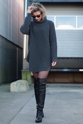 Модный лук: Темно-серое вязаное платье-свитер, Черные кожаные ботфорты