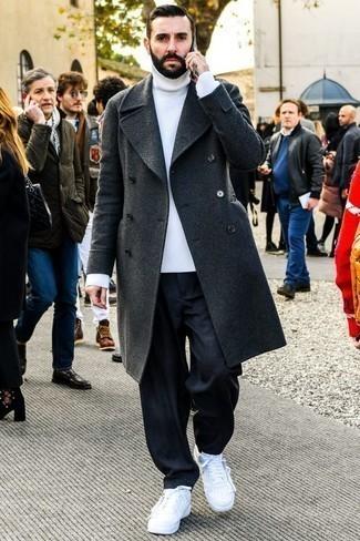 Белая вязаная водолазка: с чем носить и как сочетать мужчине: Белая вязаная водолазка и темно-синие джинсы — великолепный выбор для похода в кино или марафона по городским барам. Очень выигрышно здесь выглядят белые кожаные низкие кеды.