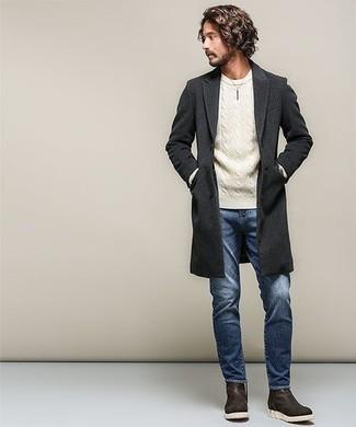 Темно-коричневые кожаные ботинки челси: с чем носить и как сочетать мужчине: Если ты принадлежишь к той редкой категории джентльменов, ориентирующихся в модных тенденциях, тебе придется по душе ансамбль из темно-серого длинного пальто и синих джинсов. Почему бы не привнести в повседневный образ чуточку изысканности с помощью темно-коричневых кожаных ботинок челси?