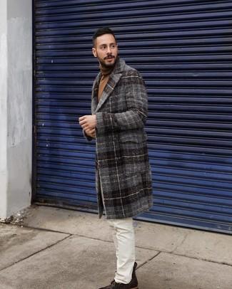 Как и с чем носить: темно-серое длинное пальто в шотландскую клетку, коричневая водолазка, белые джинсы, темно-коричневые кожаные повседневные ботинки