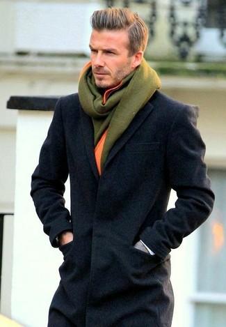 Как David Beckham носит Темно-серое длинное пальто, Оливковый шерстяной шарф