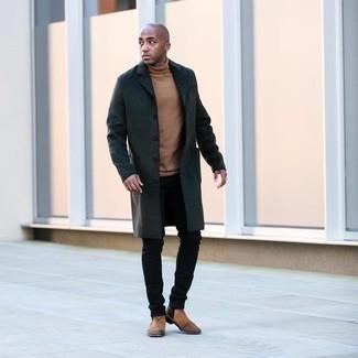 Мужские луки: Темно-серое длинное пальто в сочетании с черными джинсами поможет подчеркнуть твою индивидуальность и выделиться из общей массы. Хочешь добавить в этот ансамбль толику классики? Тогда в качестве обуви к этому ансамблю, стоит выбрать светло-коричневые замшевые ботинки челси.