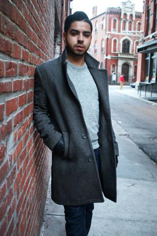 Как и с чем носить: темно-серое длинное пальто, серый свитер с круглым вырезом, темно-синие джинсы, черные кожаные перчатки