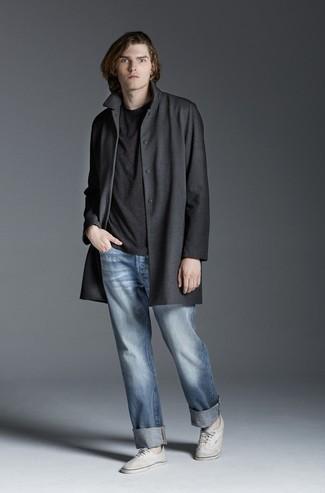 Как и с чем носить: темно-серое длинное пальто, темно-серая футболка с круглым вырезом, голубые джинсы, белые низкие кеды из плотной ткани
