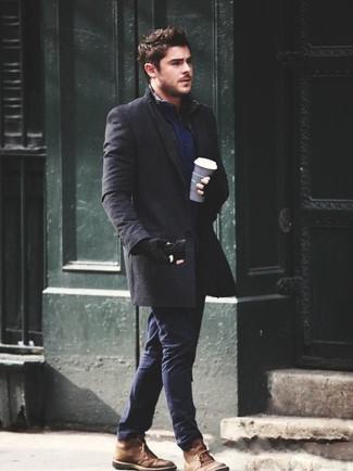 Как и с чем носить: темно-серое длинное пальто, темно-синяя рубашка с длинным рукавом, темно-синие брюки чинос, коричневые замшевые ботинки дезерты