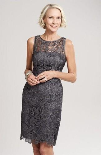 Как и с чем носить: темно-серое кружевное платье-футляр, серебряный браслет, серебряное кольцо