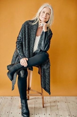 Как и с чем носить: темно-серое вязаное пальто, белая футболка с круглым вырезом, черные джинсы скинни, черные кожаные ботильоны