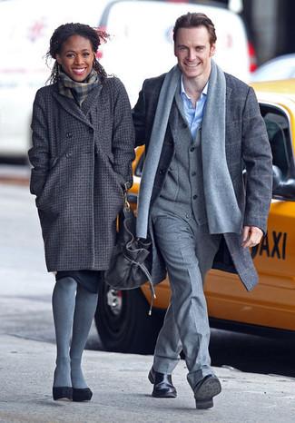 Как и с чем носить: темно-серое пальто в клетку, черные замшевые туфли, темно-серый шарф в шотландскую клетку, серые шерстяные колготки