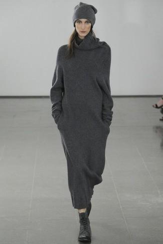 Как и с чем носить: темно-серое платье-свитер, черные кожаные ботинки на шнуровке, темно-серая шапка