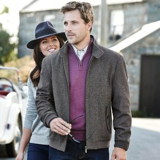 """Как и с чем носить: темно-серый бомбер с узором """"в ёлочку"""", пурпурный свитер с воротником на молнии, белая рубашка с длинным рукавом в клетку, темно-синие джинсы"""
