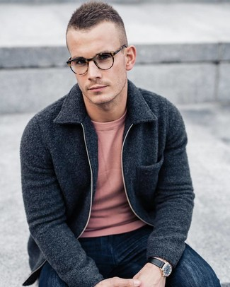 Как и с чем носить: темно-серый флисовый бомбер, розовый свитер с круглым вырезом, темно-синие джинсы, черные кожаные часы