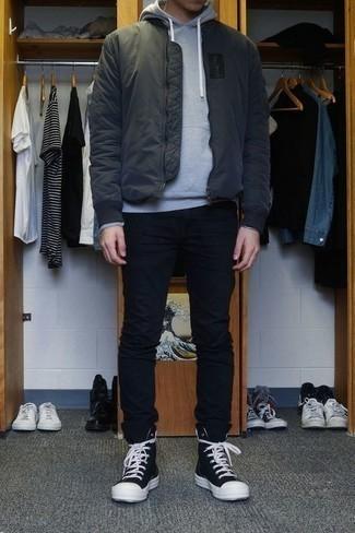 Черные брюки чинос: с чем носить и как сочетать: Несмотря на свою несложность, дуэт темно-серого бомбера и черных брюк чинос приходится по вкусу джентльменам, неизбежно покоряя при этом сердца представительниц прекрасного пола. Чтобы привнести в ансамбль немного легкой небрежности , на ноги можно надеть черно-белые высокие кеды из плотной ткани.