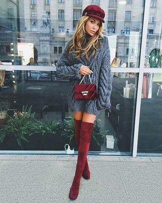 С чем носить красную кепку женщине: Темно-серый вязаный вязаный свитер и красную кепку можно надеть на прогулку или на встречу с друзьями в уютном заведении. Этот образ получит новое прочтение в паре с темно-красными бархатными ботфортами.