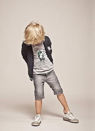 Как и с чем носить: темно-серый кардиган, серая футболка, серые шорты, белые кеды