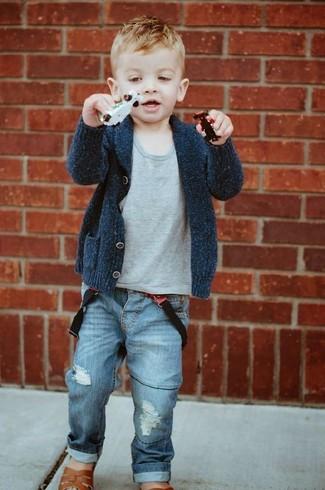 Как и с чем носить: темно-серый кардиган, серая футболка, синие джинсы, коричневые сандалии