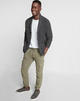 Как и с чем носить: темно-серый кардиган с отложным воротником, белая футболка с круглым вырезом, оливковые брюки карго, темно-серые кожаные низкие кеды