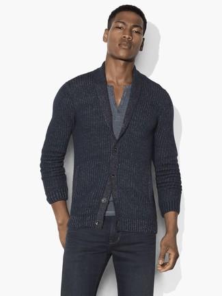 Как и с чем носить: темно-серый кардиган с отложным воротником, серая футболка на пуговицах, темно-серые джинсы