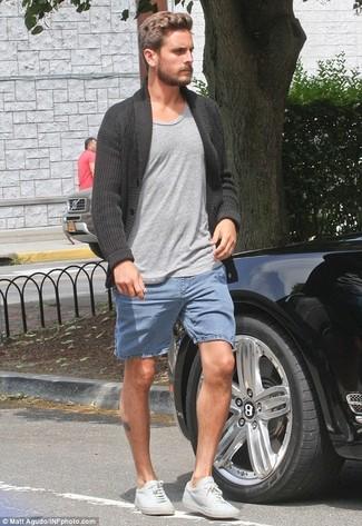 Как и с чем носить: темно-серый кардиган с отложным воротником, серая футболка с круглым вырезом, синие джинсовые шорты, белые кожаные низкие кеды