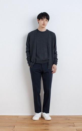 С чем носить темно-серый кардиган мужчине: Темно-серый кардиган и темно-синие классические брюки позволят создать элегантный мужской лук. Чтобы ансамбль не получился слишком зализанным, можно надеть белые низкие кеды из плотной ткани.