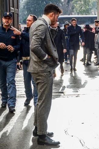 Модные мужские луки 2020 фото весна 2020: Несмотря на то, что это довольно выдержанный ансамбль, тандем темно-серого шерстяного костюма и белой шерстяной водолазки неизменно нравится джентльменам, пленяя при этом сердца представительниц прекрасного пола. Черные кожаные туфли дерби стильно дополнят этот лук. Когда зимняя пора отступает и сменяется более теплой погодой, мы скидываем тяжелые шубы и толстые куртки и встает вопрос о том, что носить. Такой лук будет отличным вдохновением.