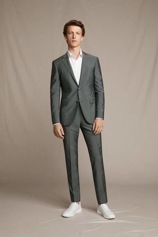 С чем носить темно-серый костюм: Комбо из темно-серого костюма и белой классической рубашки позволит исполнить строгий деловой стиль. Любители незаезженных вариантов могут закончить образ белыми кожаными низкими кедами.
