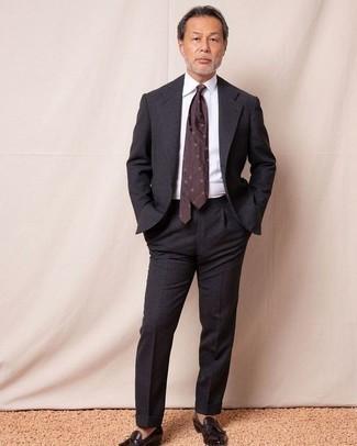 Темно-красный галстук с принтом: с чем носить и как сочетать мужчине: Несмотря на то, что этот лук кажется довольно сдержанным, образ из темно-серого костюма и темно-красного галстука с принтом всегда будет нравиться стильным молодым людям, покоряя при этом сердца прекрасных дам. Ты сможешь легко адаптировать такой ансамбль к повседневным нуждам, надев темно-коричневыми кожаными лоферами с кисточками.