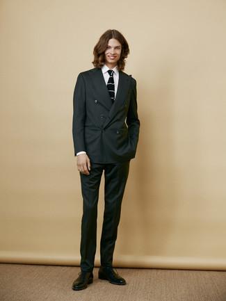 Как и с чем носить: темно-серый костюм, белая классическая рубашка, черные кожаные оксфорды, черно-белый вязаный галстук