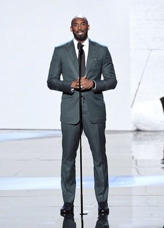 Как Kobe Bryant носит Темно-серый костюм, Белая классическая рубашка, Черные кожаные оксфорды, Черно-белый нагрудный платок в горошек