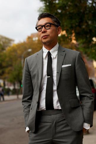 Как и с чем носить: темно-серый костюм, белая классическая рубашка, черный галстук, белый нагрудный платок