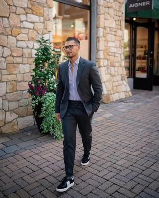 Как и с чем носить: темно-серый шерстяной костюм, бело-пурпурная классическая рубашка в вертикальную полоску, черно-белые кожаные низкие кеды, серые носки