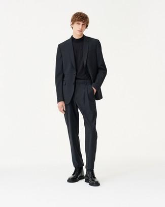 Модный лук: темно-серый костюм в клетку, черная водолазка, черные кожаные повседневные ботинки