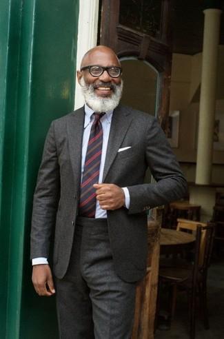 Темно-синий галстук в горизонтальную полоску: с чем носить и как сочетать мужчине: Несмотря на то, что это достаточно консервативный лук, ансамбль из темно-серого шерстяного костюма и темно-синего галстука в горизонтальную полоску всегда будет выбором стильных мужчин, неминуемо покоряя при этом сердца дам.