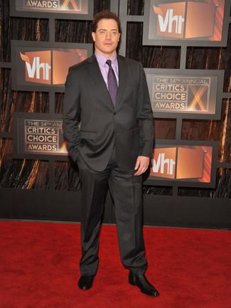 Как и с чем носить: темно-серый костюм, светло-фиолетовая классическая рубашка, черные кожаные ботинки челси, пурпурный галстук