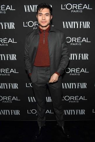 Как и с чем носить: темно-серый костюм, темно-красный свитер с воротником поло, черные кожаные ботинки челси