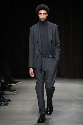 Модный лук: темно-серый костюм, темно-серая водолазка, черные кожаные туфли дерби