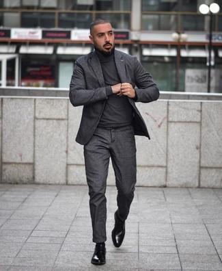 Как и с чем носить: темно-серый костюм, темно-серая водолазка, черные кожаные туфли дерби