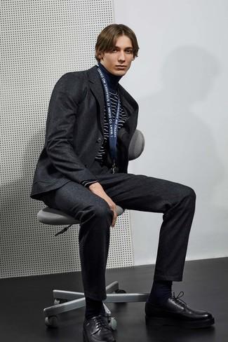 Как и с чем носить: темно-серый шерстяной костюм, темно-сине-белая водолазка в горизонтальную полоску, черные кожаные туфли дерби, черные носки