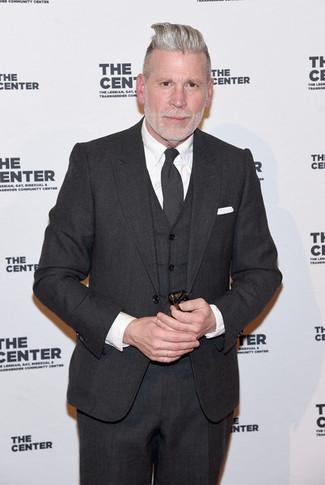 Как Nick Wooster носит Темно-серый костюм-тройка, Белая классическая рубашка, Темно-серый галстук, Белый нагрудный платок