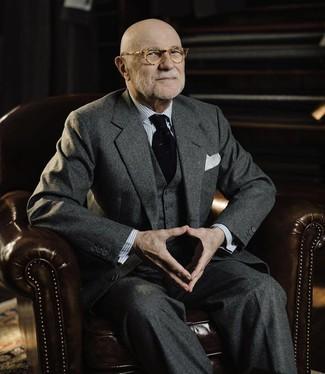 Как и с чем носить: темно-серый шерстяной костюм-тройка, серая классическая рубашка в вертикальную полоску, черный вязаный галстук, белый нагрудный платок