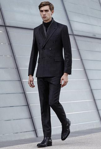 Как и с чем носить: темно-серый костюм в клетку, черная водолазка, черные кожаные ботинки челси, темно-серый льняной шарф