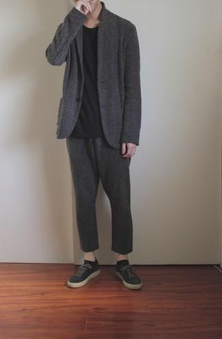 Мужские луки: Согласись, дуэт темно-серого шерстяного костюма и черной футболки с круглым вырезом выглядит выше всяких похвал? Чтобы добавить в образ чуточку непринужденности , на ноги можно надеть темно-серые низкие кеды из плотной ткани.
